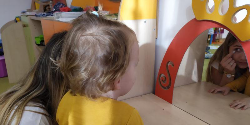 Zajęcia z psychologiem, dwójka dzieci i pani psycholog, przedszkole w lubartowie, Casper